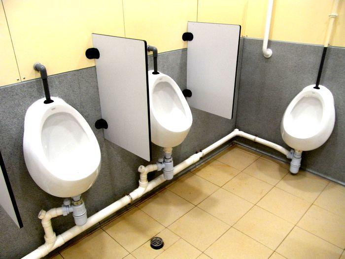 学校の男子トイレ