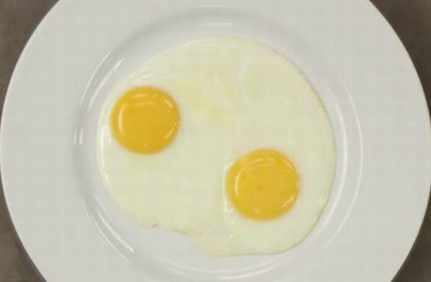 皿の上にsる二つの黄身と白身
