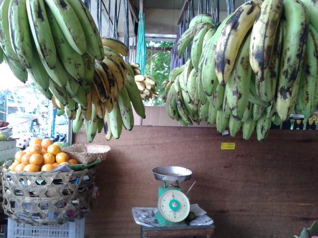 バナナは吊られて売られています
