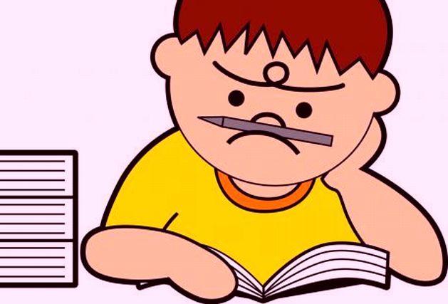 しかめっ面で本を読む子供