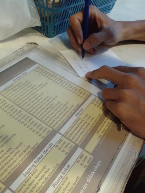 オーダーしたいものを紙に書いて手渡すだけです