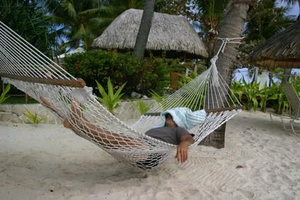 ハンモックで昼寝する東南アジアの人