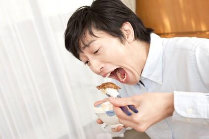 焼肉を豪快に食べる男性