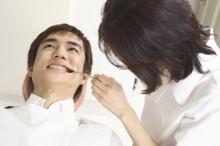 歯科検診を受ける男性