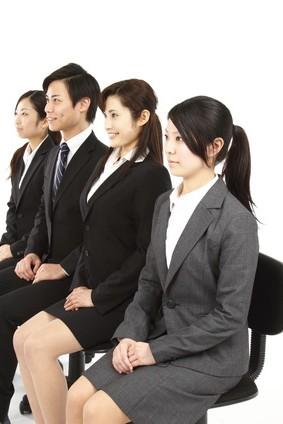 就活で面接の順番を待つ学生