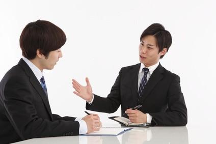 営業で一生懸命話す男性
