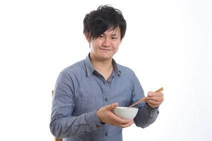 一人で食事をする男性