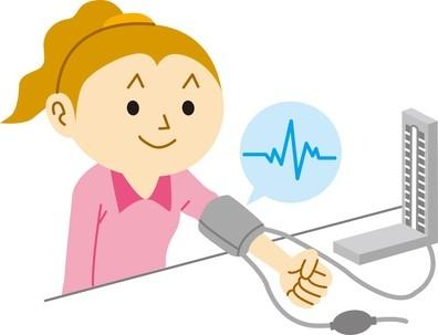 血圧を測定する女性
