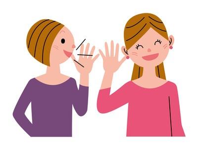 楽しく会話をする若い女性