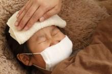 子供の急な発熱で額にタオルをあてる