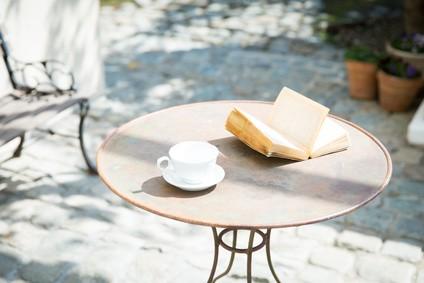 テーブルの上の本とマグカップ