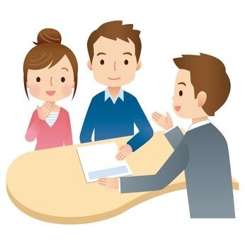 保険のセールスと話す夫婦