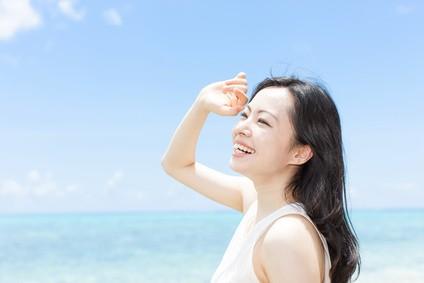 夏の日差しをうける色白の女性