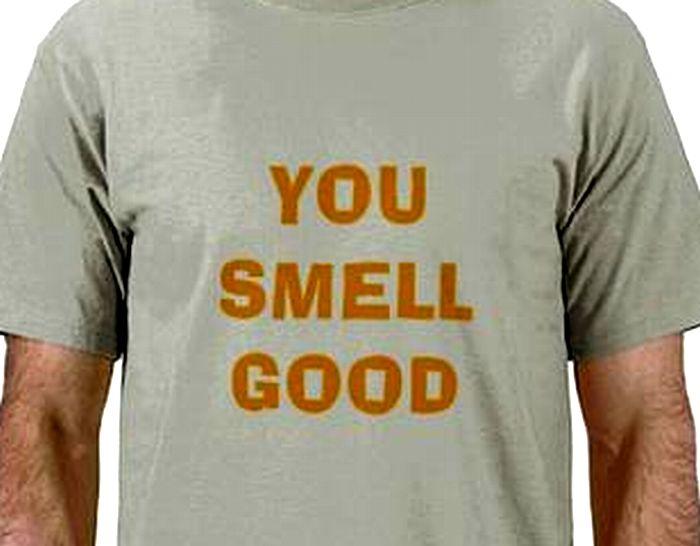 英語の書いてあるTシャツを着ている男性