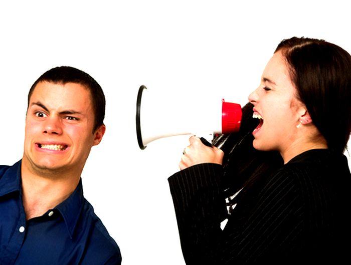メガホンで男性に向かって話しかける女性