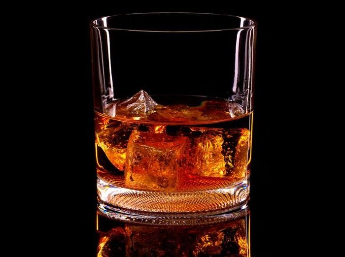コップに入った赤い飲み物