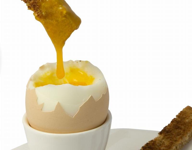 パンに卵の黄身をつける
