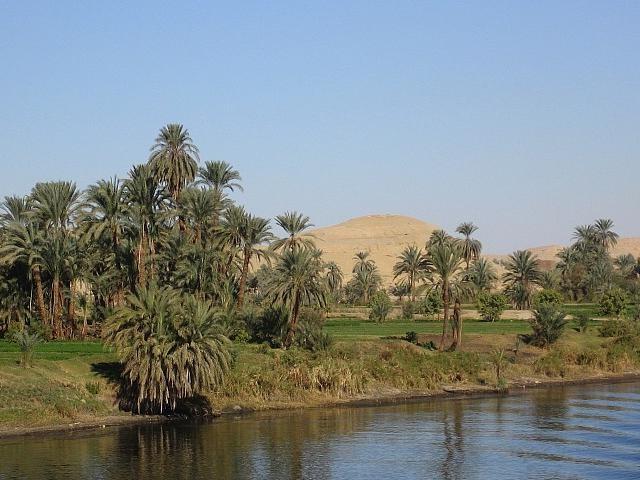 ナイル川とピラミッド