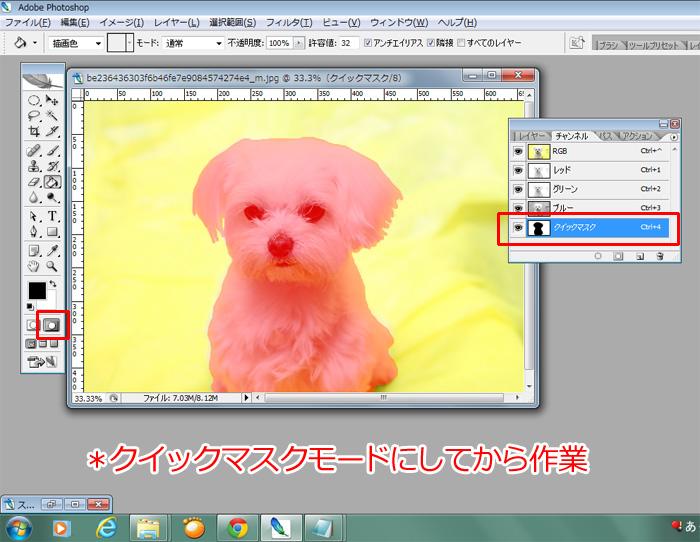 黄色い背景にピンクの犬