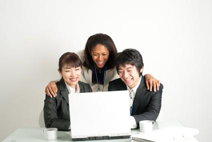 海外のスタッフとパソコンを見る