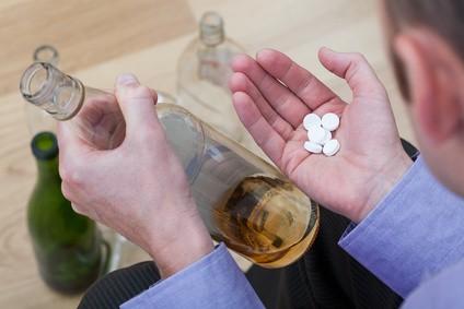 お酒を飲んだあと薬を飲もうとする人