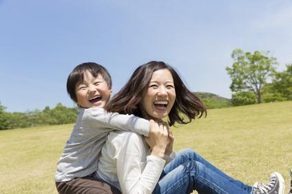 公園で遊ぶ母親と子供