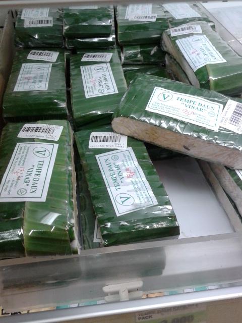 バナナの葉で包装されて売られています