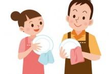 皿を拭くカップル
