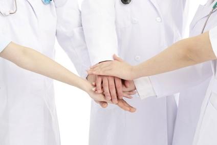 病院で協力するスタッフ