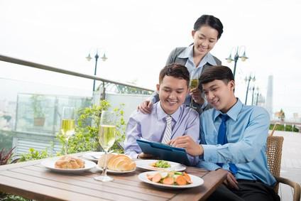 食事をしながら商談をするビジネスマン