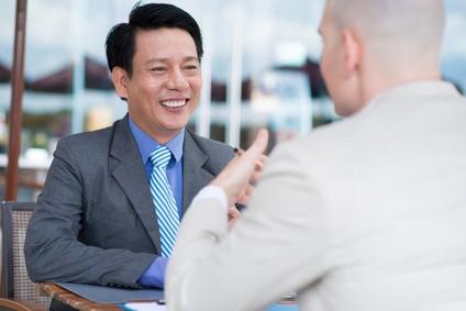 カフェで面接をしているビジネスマン