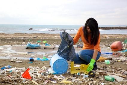 ボランティアでゴミ拾いをする女性