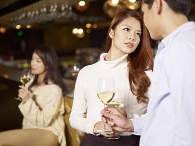 ホストとお酒を飲む女性