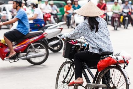 ベトナムの道路を走る自転車