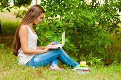 パソコンを見ている若い白人女性