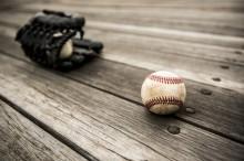 ベンチに置かれた野球のボールとグローブ
