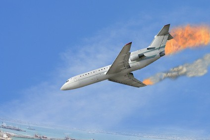 火を噴いて墜落する飛行機