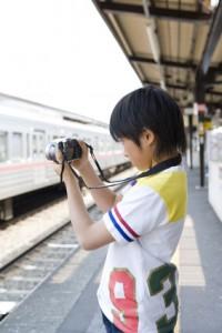 電車の写真を撮るマニアの子ども